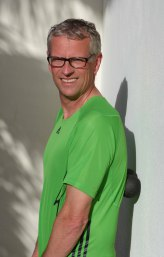 Übung: Michael Kutzner rollt die Faszien auf der Oberschenkelrückseite mit der Blackroll aus