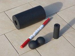 Harte Schaumstoffbälle und Rollen dienen der Massage der Muskulatur