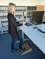 Stehen Sitzen Stehschreibtisch Rückenschmerz